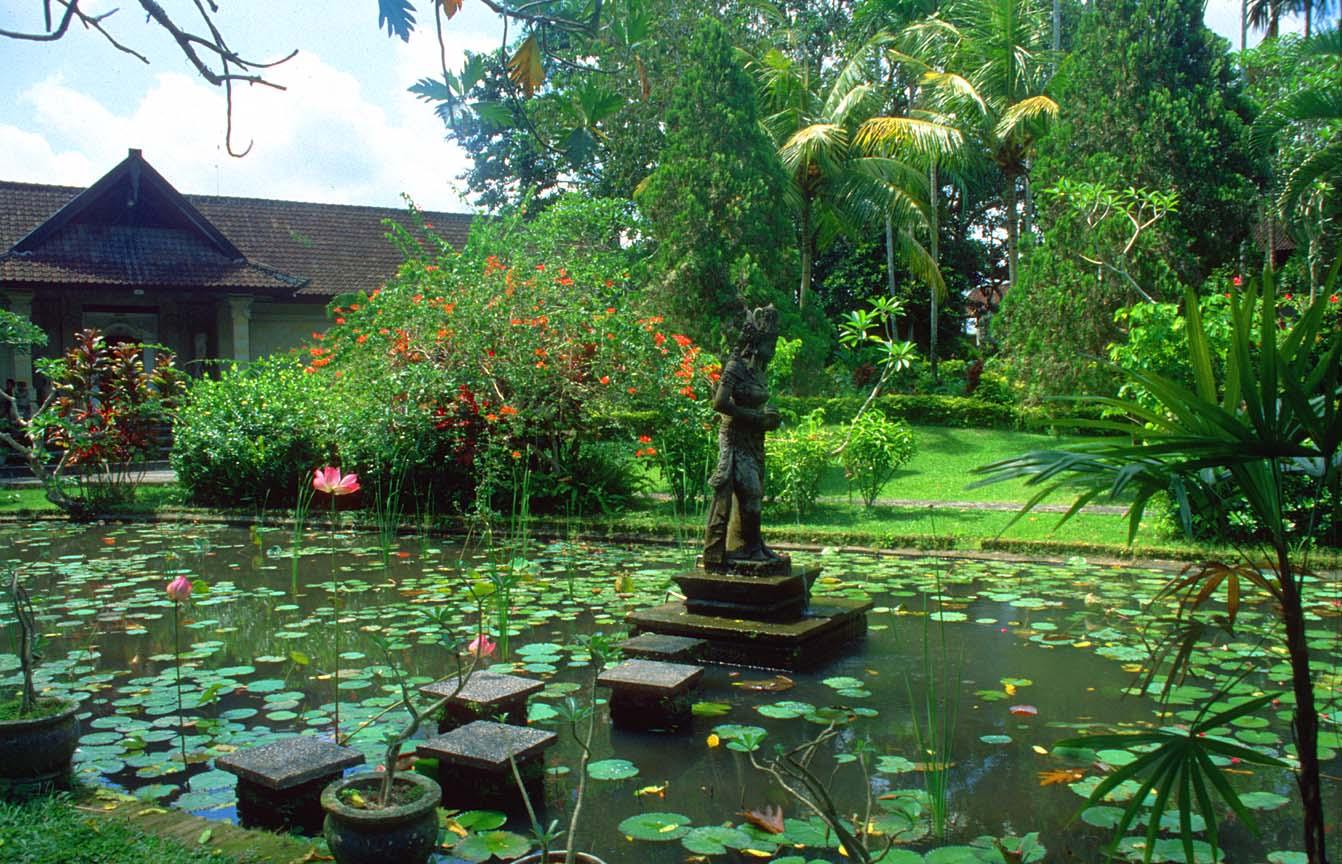 DPS Bali Ubud Puri Lukisan Art Museum garden b