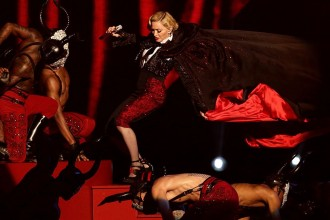 Madonna-falls-over-at-the-BRITS