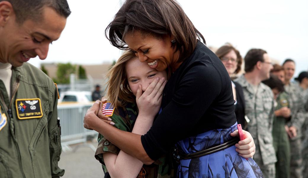 Michelle-Obama-hug-airforce