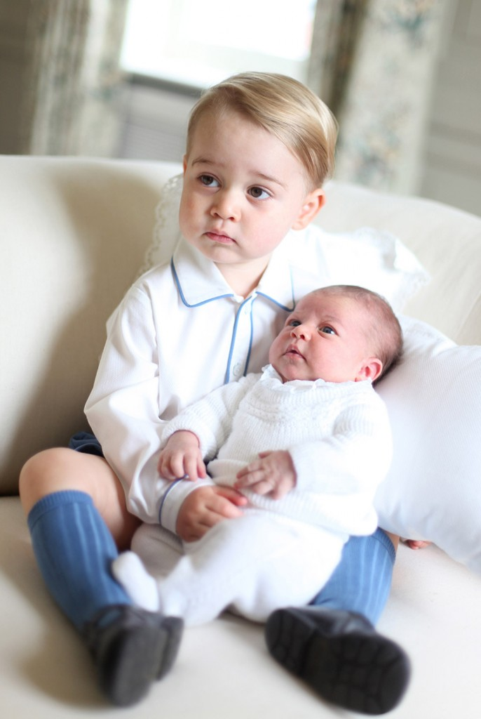 55736d85ca2dc24e4d263de4_ss01-prince-george-princess-charlotte-portrait