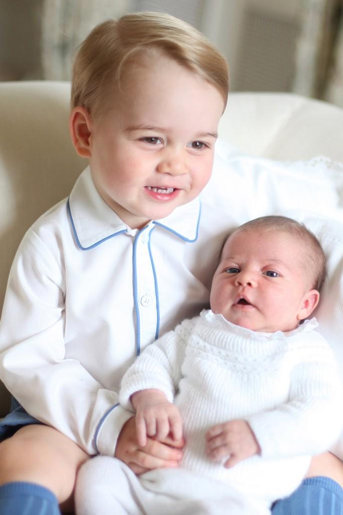 55736d8aca2dc24e4d263e1c_ss03-prince-george-princess-charlotte-portrait