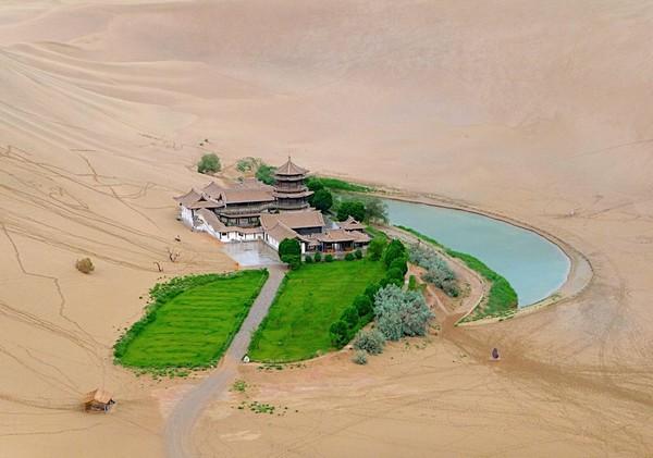 crescent-lake-gobi-desert-01