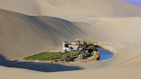 crescent-lake-gobi-desert-03