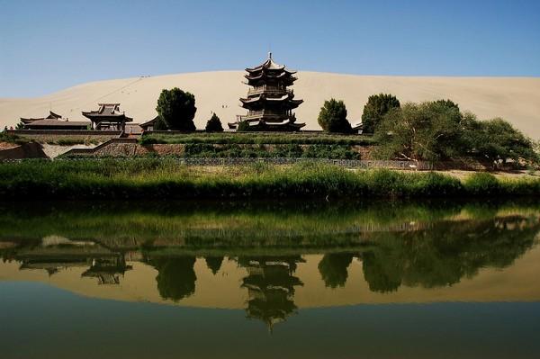 dunhuang_crescent_lake_gobi_desert_china