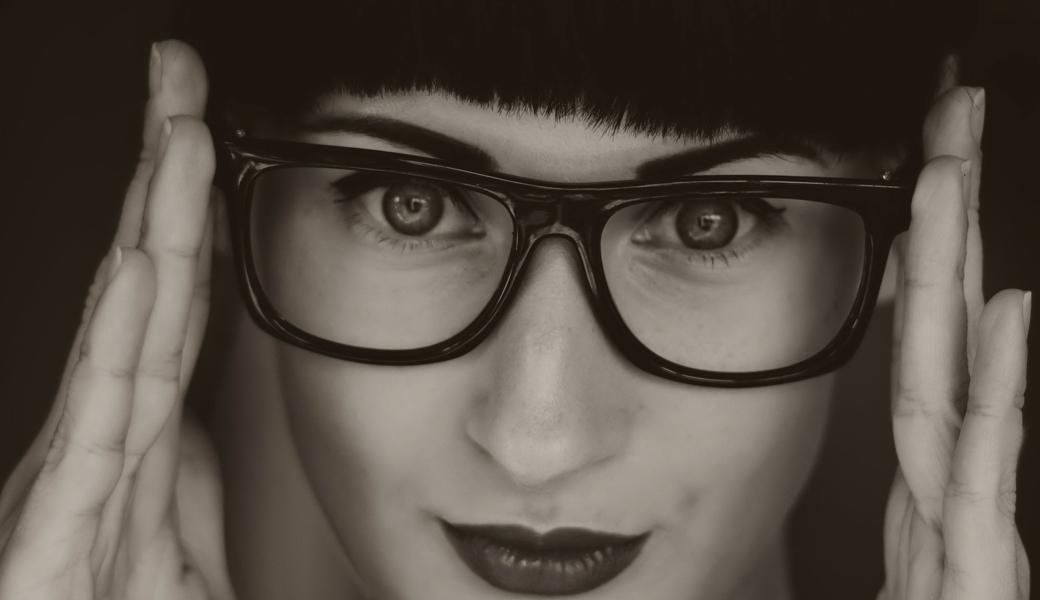 GlassestohelpyoulookchicM2woman