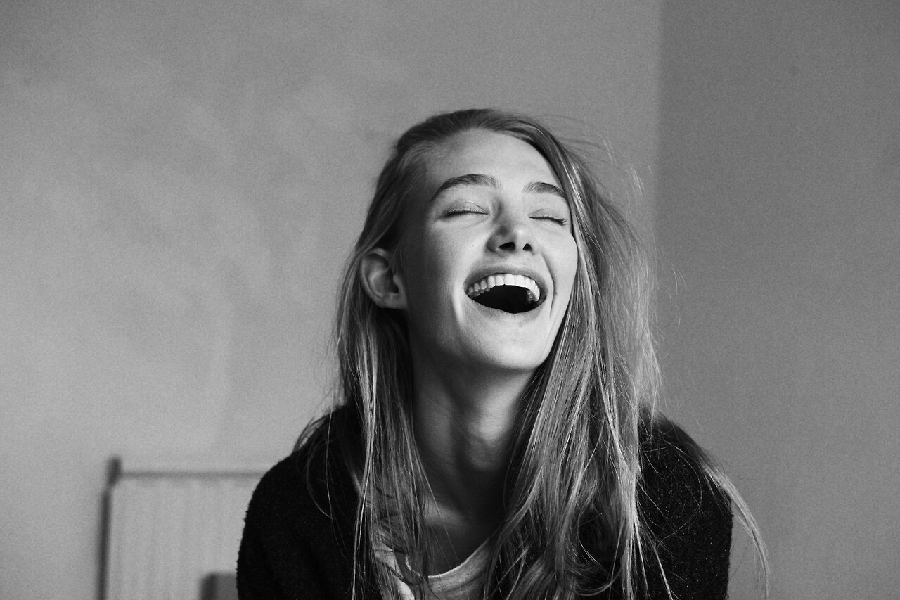 girl-cracking-up-laughing-with-andre-from-m2