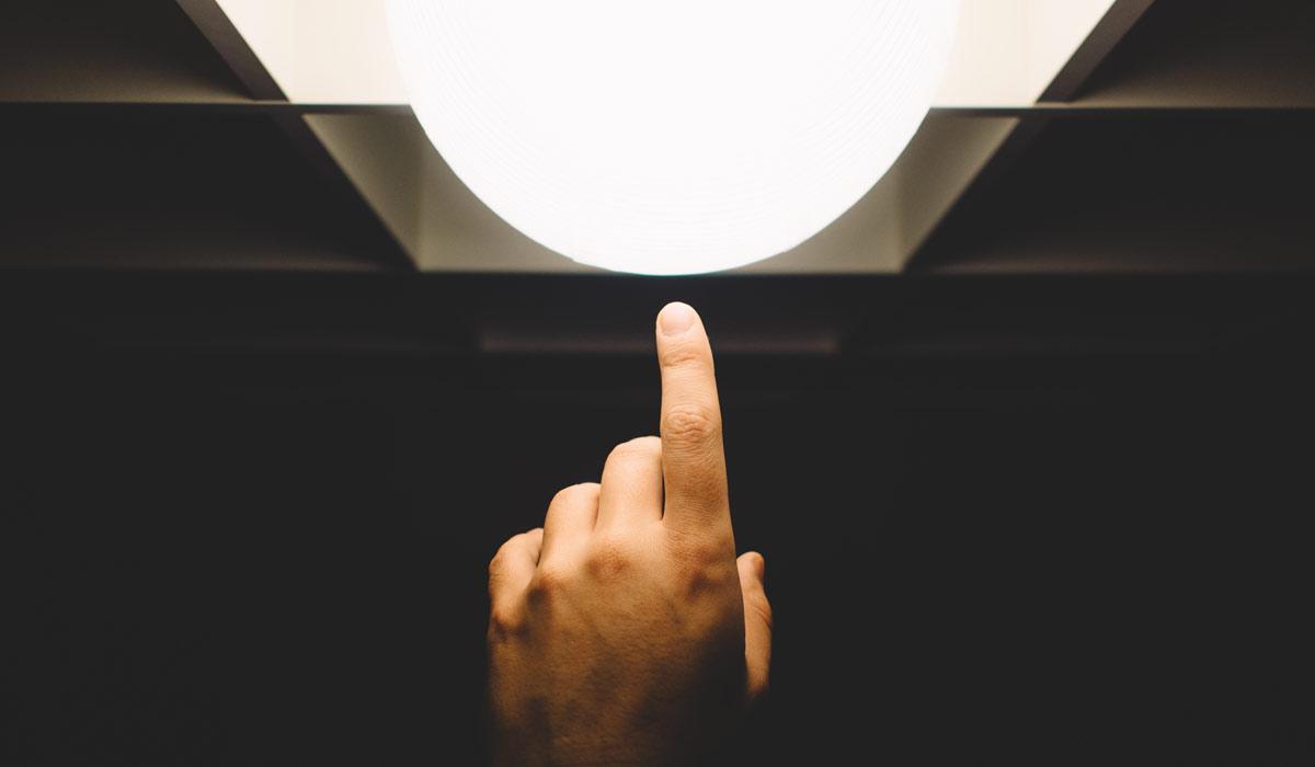 Finger-touching-light-specialise